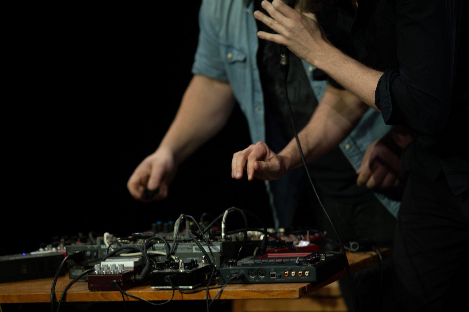 Berattaren-och-Noisemannen-hands-scaled